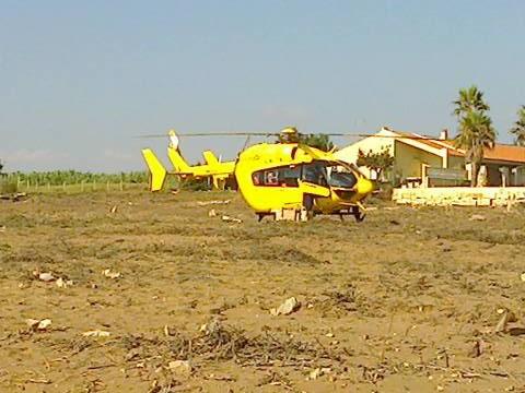 SCOGLITTI. Cade da una impalcatura mentre esegue lavori, trasferito a Catania in elicottero