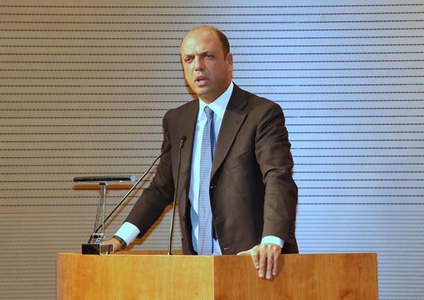 Immigrazione, Alfano smentisce: nemmeno un euro per famiglie che accolgono immigrati in casa
