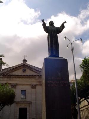 La statua di San Francesco in piazza Cappuccini