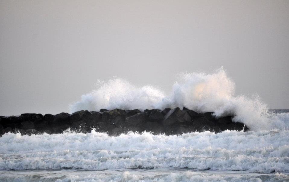 Santa Maria del Focallo, in balia delle onde con la figlia di 5 anni, bagnanti si gettano in acqua e li salvano