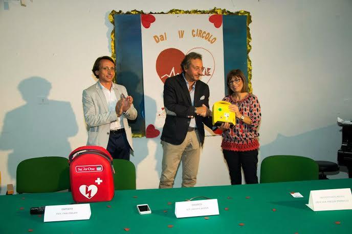 VITTORIA. Consegnato un defibrillatore alla Scuola Rodari