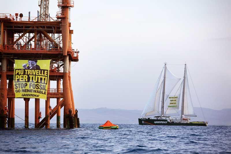 Trivelle. Greenpeace occupa una piattaforma nel Canale di Sicilia contro il decreto sblocca trivelle