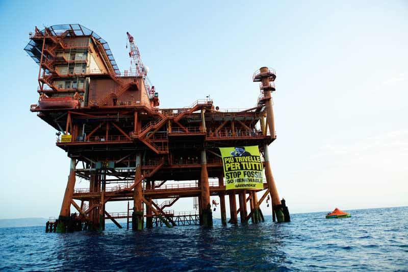 Greenpeace scrive a Renzi sulle trivelle. Continua l'azione nel mare di Sicilia