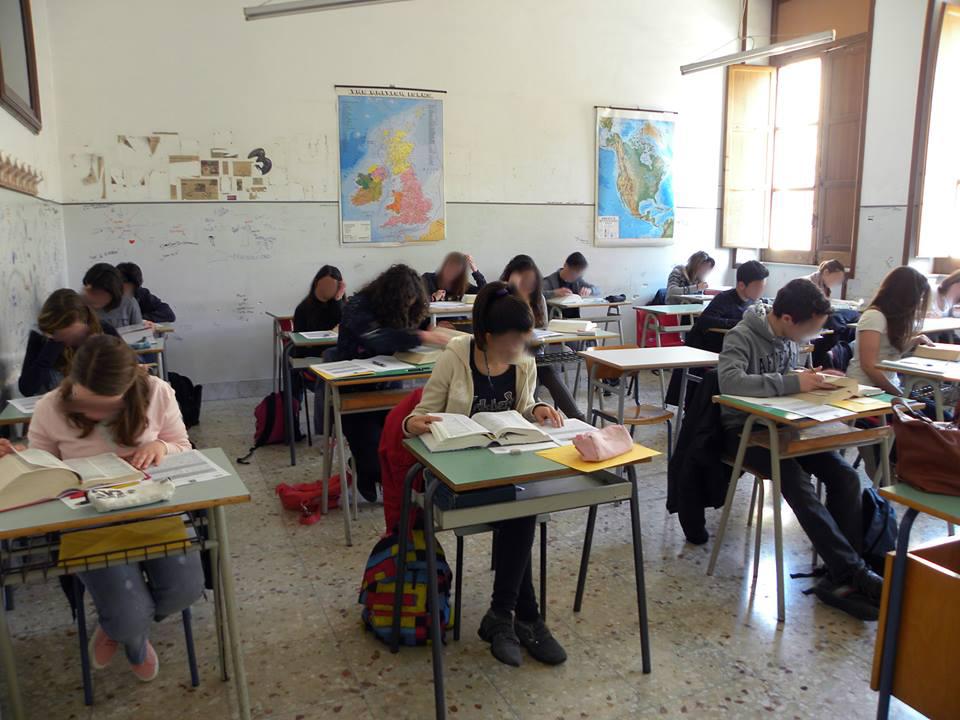 """Il Presidente del Consiglio Regionale della Puglia, Onofrio Introna ai giovani: """"Difendete la scuola pubblica""""."""
