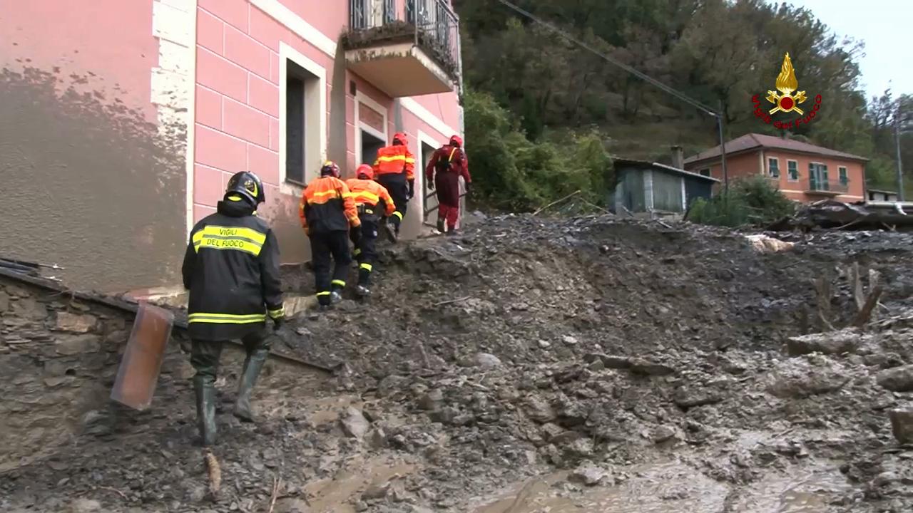 Maltempo Genova, 200 interventi dei vigili del fuoco. Squadre sommozzatori cercano un disperso a Mignanego
