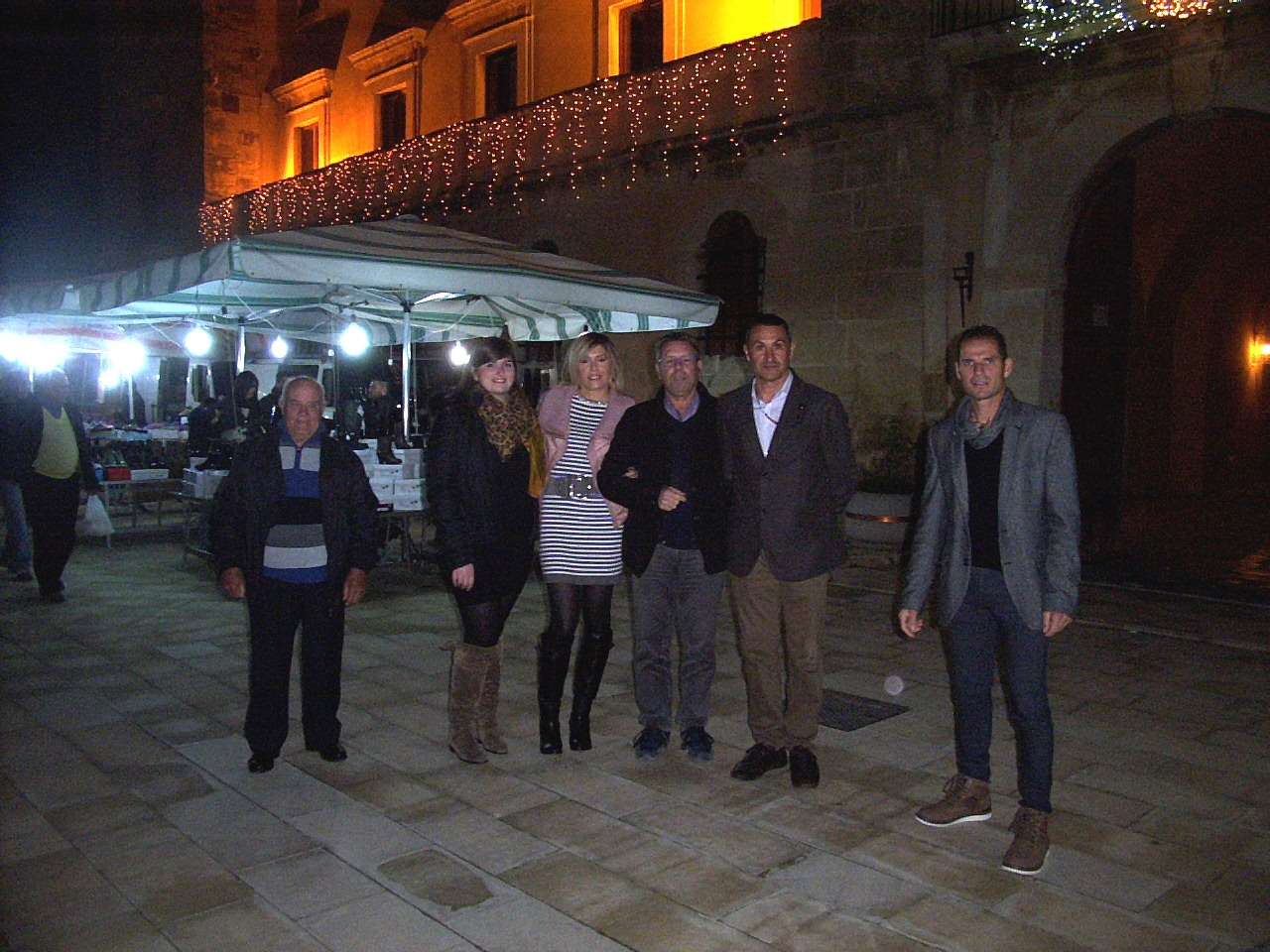 Acate. Tre consiglieri comunali e l'associazione ASA 13 regalano luminarie natalizie ed addobbi floreali.