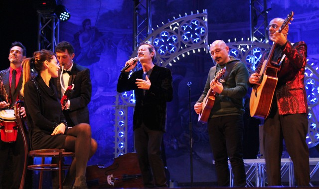 Modica. Rocco Papaleo incanta il Garibaldi.  Band e pubblico su un palcoscenico unico