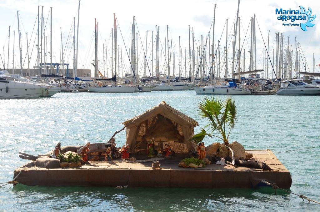 Un presepe galleggiante nel porticciolo di Marina di Ragusa