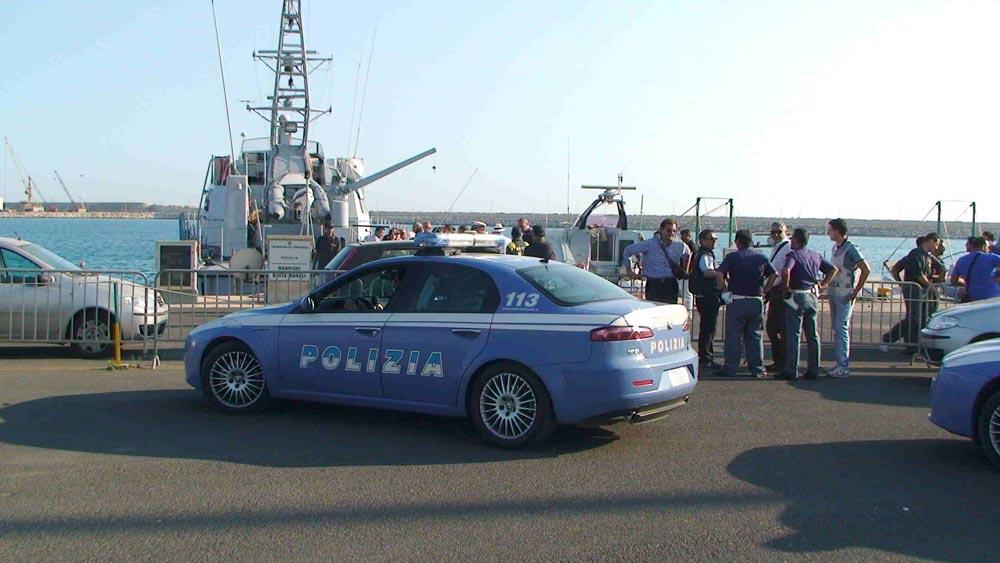 Arrestati due scafisti responsabili di aver condotto un gommone con 109 persone a bordo. Ucciso uno dei migranti con un'arma di grosso calibro