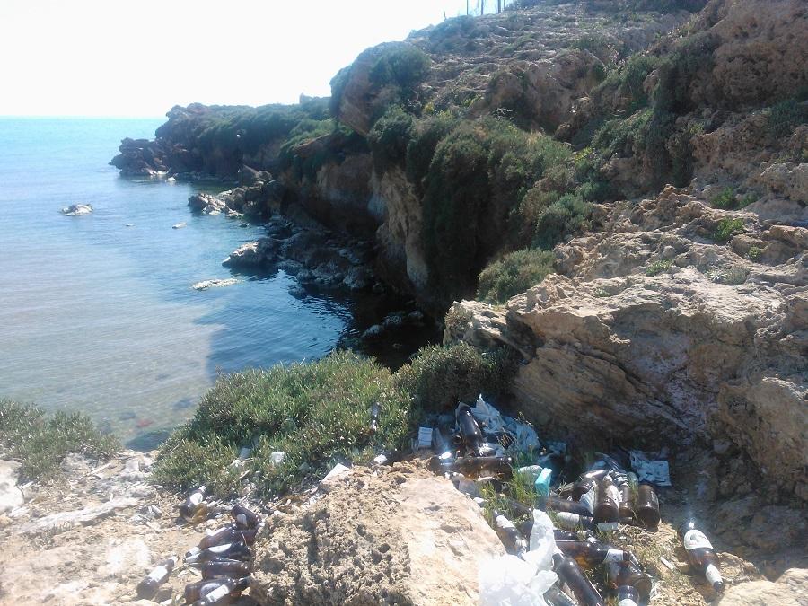 Punta Braccetto, bottiglie di vetro e rifiuti invadono una parte della spiaggia