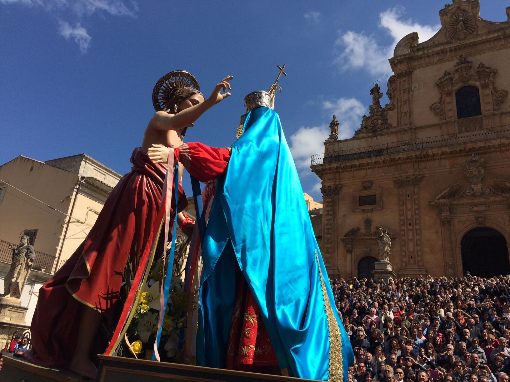 Pasqua 2015 a Modica, la Madre incontra il Figlio e la folla esulta