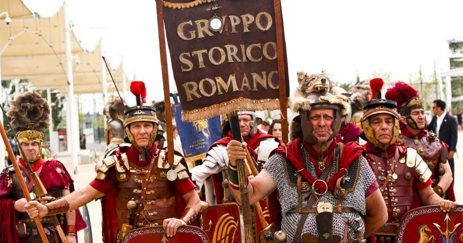 """I gladiatori sfilano sul decumano per la mostra """"Moveat Expo"""""""