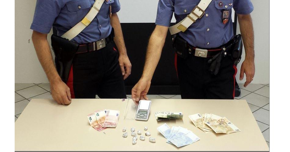 Nasconde droga nella borsetta di un'amica inconsapevole: arrestato