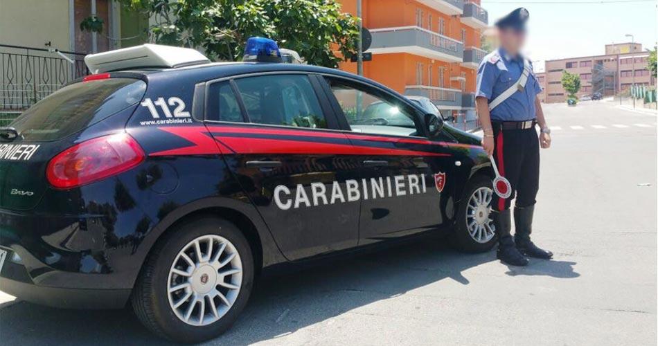 Bra. Spaccata in un emporio di abbigliamento. Ladri inseguiti dai Carabinieri e costretti ad abbandonare la refurtiva.