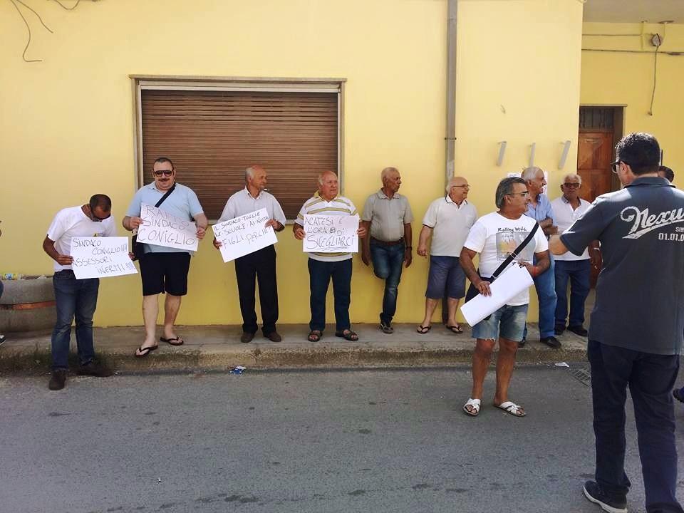 """Acate. Protesta del """"Comitato Cittadino"""" davanti alla materna """"De Amicis"""""""