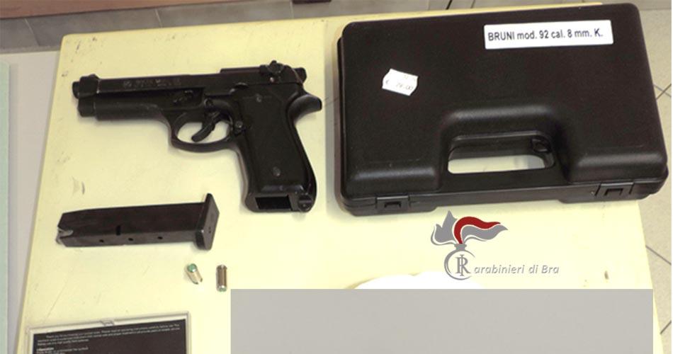 Minaccia un minorenne con una pistola: denunciato