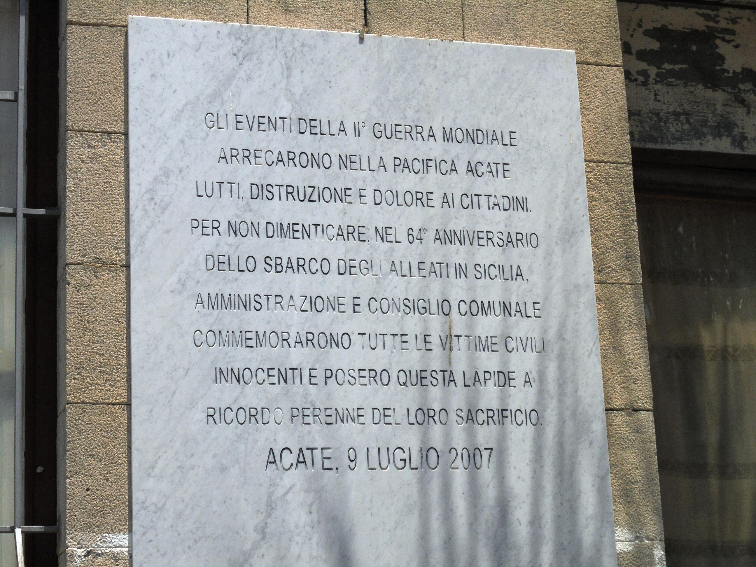Acate. Dal 2007 una lapide marmorea, sulla facciata del Municipio, ricorda le vittime civili del luglio 1943.