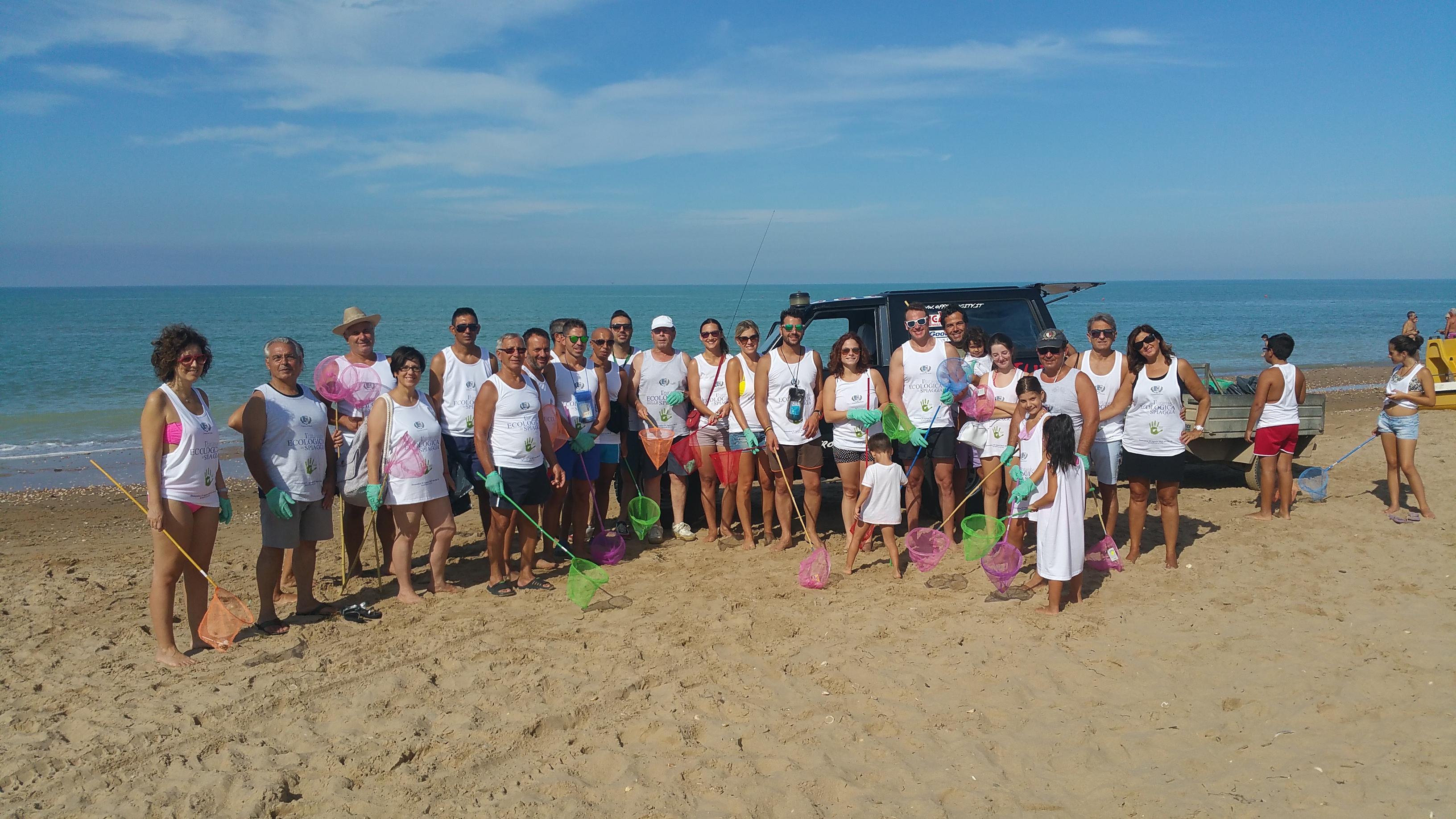 """Marina di Acate. Pieno successo della """"Prima giornata ecologica in spiaggia"""" organizzata nella piccola frazione balneare."""