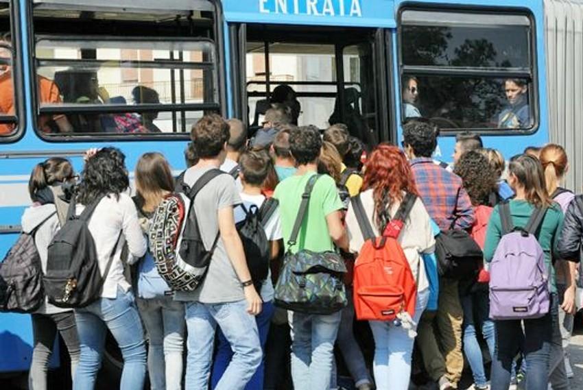 Acate. Trasporto degli studenti pendolari carente. Il sindaco Raffo protesta con l'AST.