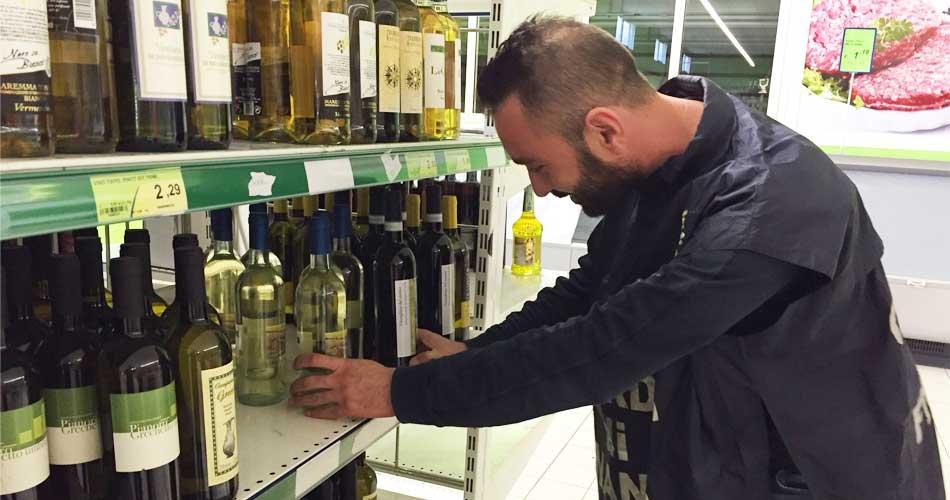 Gela. La Guardia di Finanza sequestra circa duemila alimenti e bevande scaduti esposti in un supermercato gelese