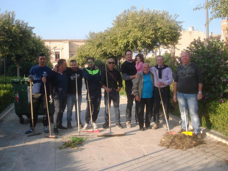 Acate. Ripulita la Villa Margherita dai volontari, tra cui il sindaco Franco Raffo.