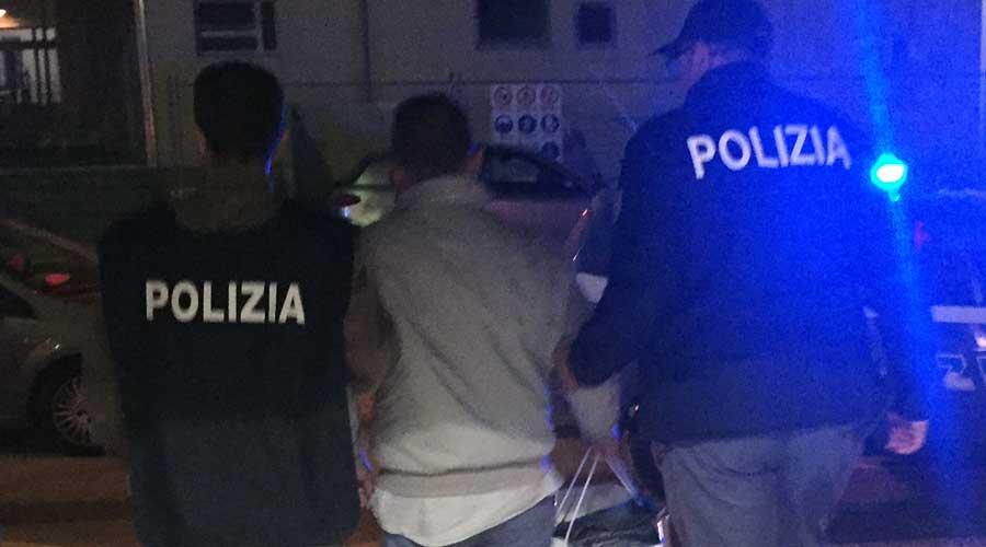 Sorpreso a disfarsi di hashish. La Polizia arresta 21enne