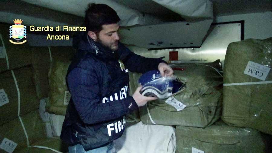 Ancona. Sequestro di 123.860 articoli contraffatti provenienti dalla Bulgaria