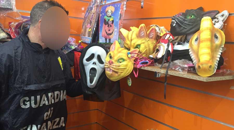 Sequestrati ad Acireale costumi e maschere illegali
