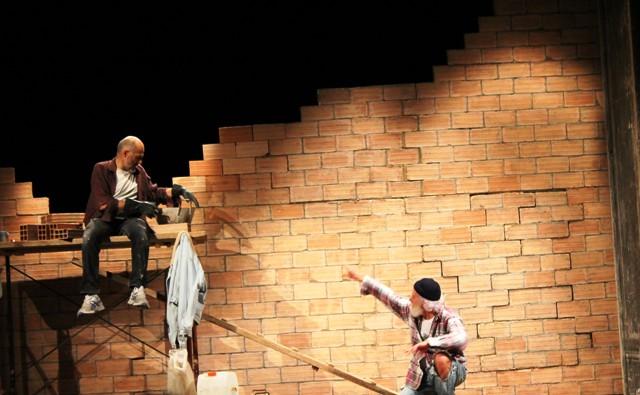 """""""Muratori"""" in scena. Da un muro di forati perle di saggezza e un amaro umorismo"""