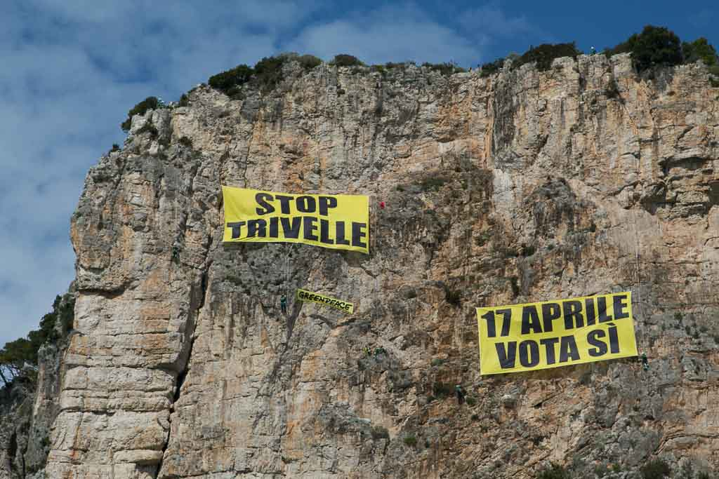 """Greenpeace in azione: """"Fermiamo le trivelle con il referendum"""""""
