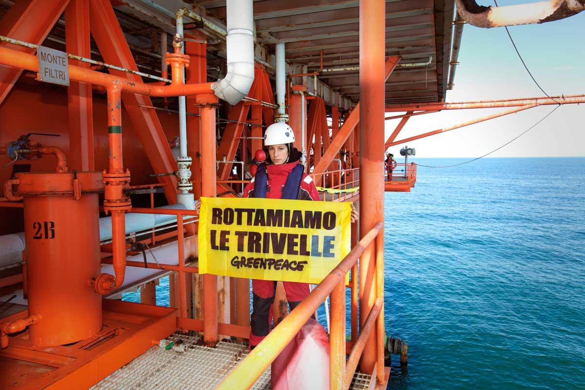 """Greenpeace in azione su una piattaforma in Adriatico: """"Esposto contro trivelle fuorilegge in 30 procure d'Italia"""""""