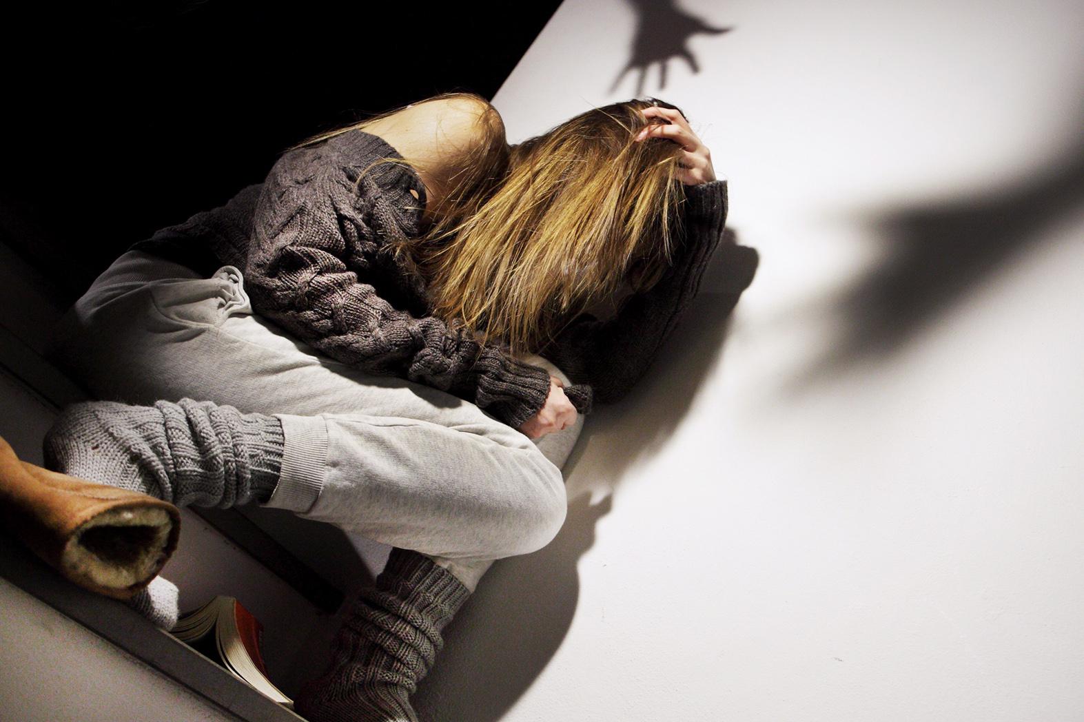 Enna. Picchia la figlia minorenne e la umilia: Madre allontanata dalla casa familiare