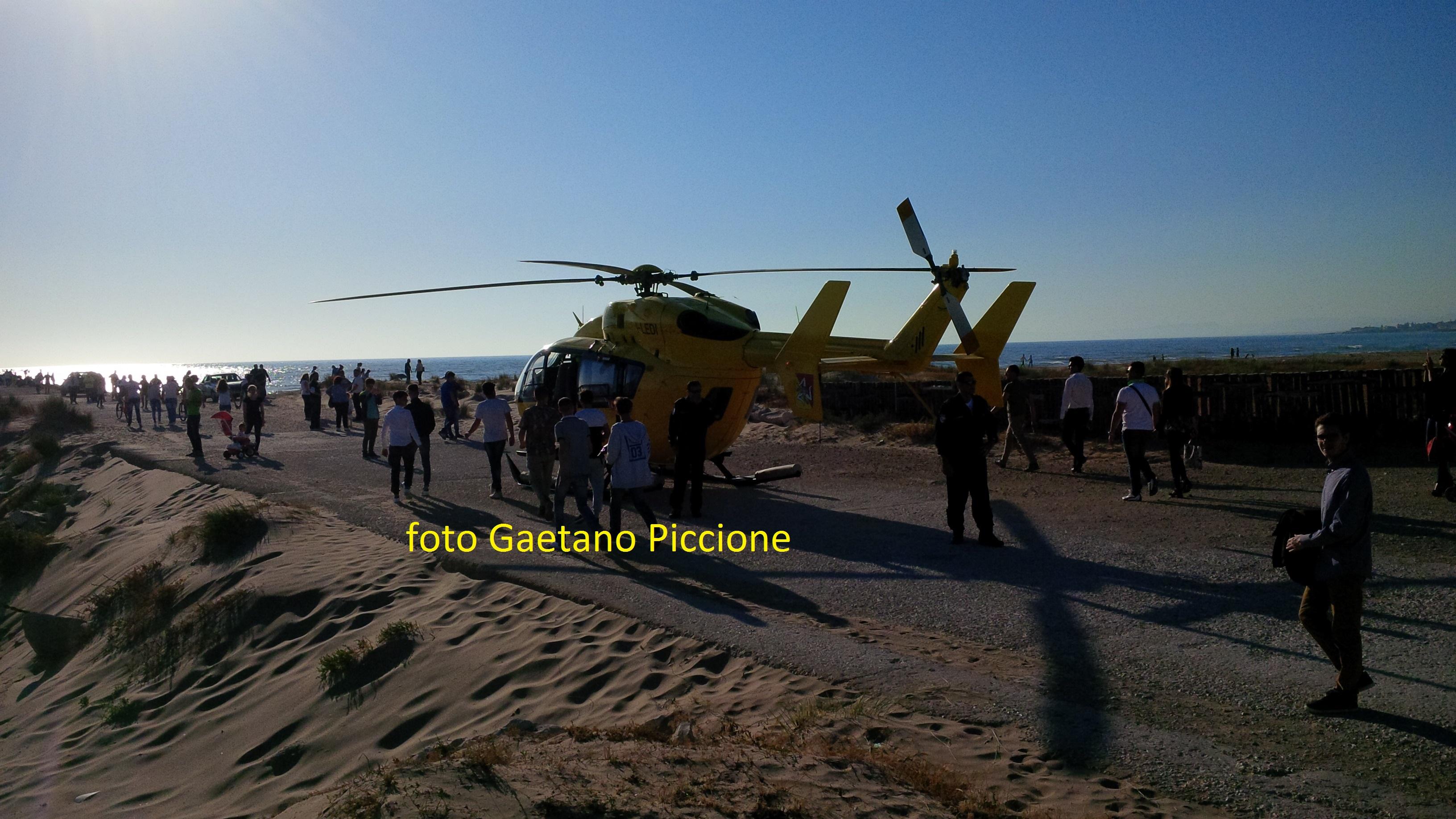 Elisoccorso e ambulanza del 118 a Scoglitti per annegamento. Tre persone coinvolte