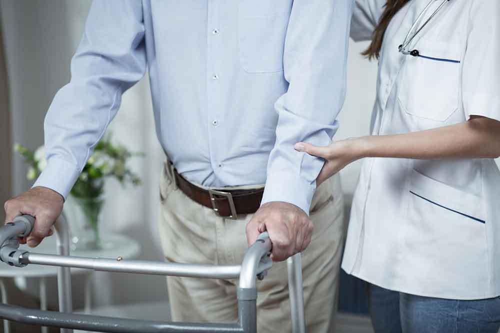 Diagnosi errata confina un uomo per 43 anni su sedia rotelle: Ora cammina
