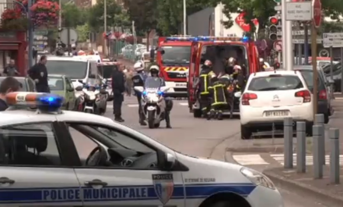 Orrore in Francia. Assaltata una Chiesa: Sgozzato il prete. L'isis rivendica