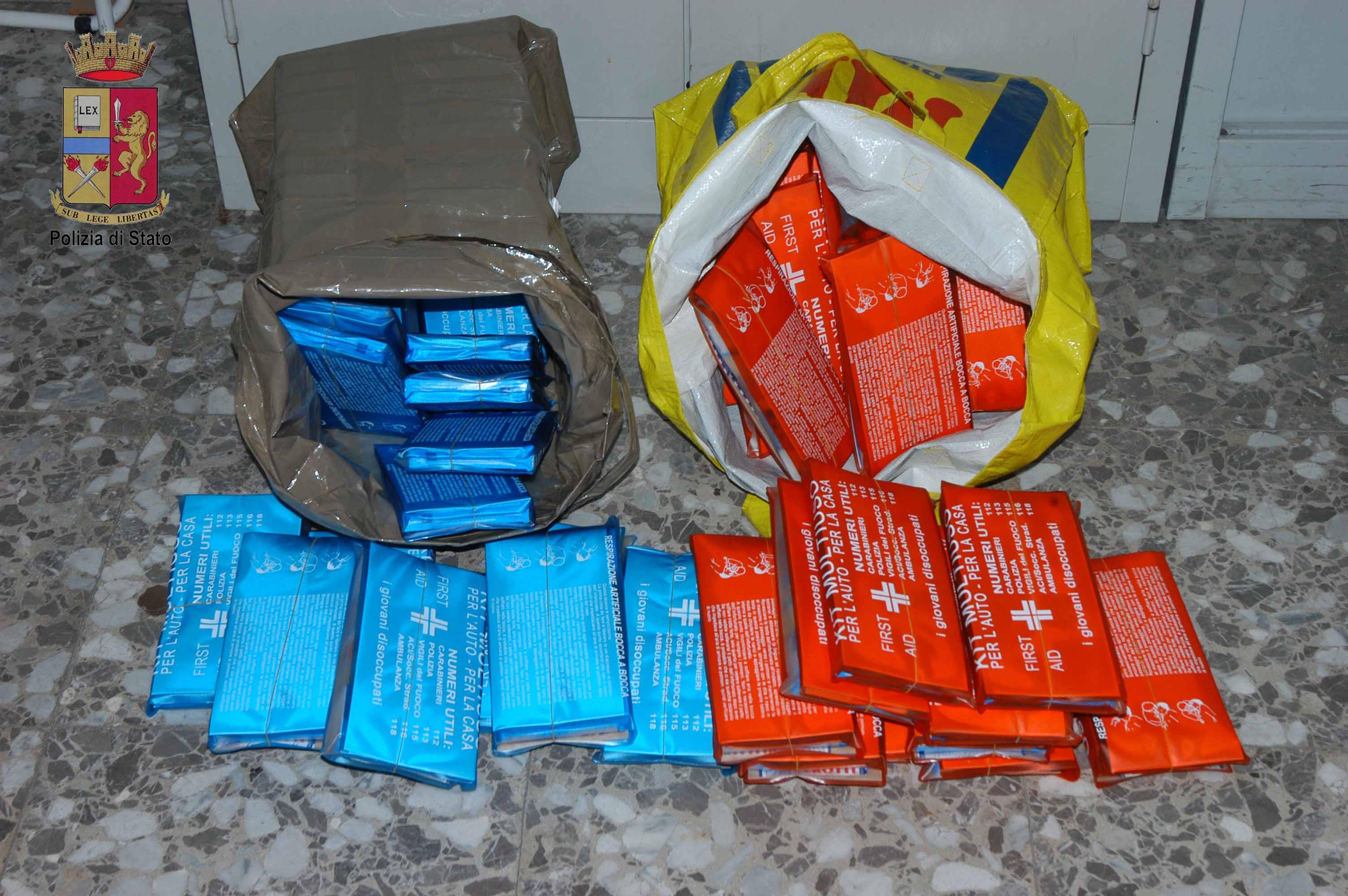 Kit di primo soccorso falsi: Li vendevano in strada fermando gli automobilisti. Denunciati dalla Polizia