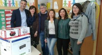 """Vittoria. Dopo il vile furto, Fratelli d'Italia–An dona due radio e una fotocopiatrice alla scuola materna """"Terra e Pupi"""""""
