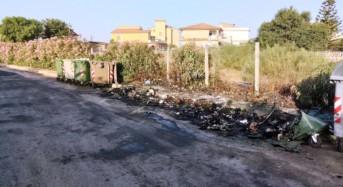 """Marina di Acate. Incendiati nella notte i cassonetti per la raccolta dei rifiuti. """"Gli sciacalli non ci fermeranno"""". Nota del sindaco Raffo."""