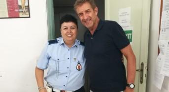 Modica, Ezio Greggio si presenta inaspettatamente al Comando di Polizia Locale