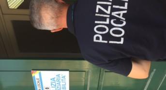Accerchiamento Polizia Locale in spiaggia. Scattano dieci denunce.