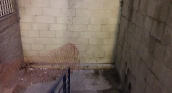 Ragusa, le scale che collegano via Natalelli a via Roma trasformate in una latrina