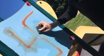 """Marina di Ragusa. Nicita: """"Anche una svastica a deturpare i giochini nell'area attrezzata per bambini di via Portovenere"""""""