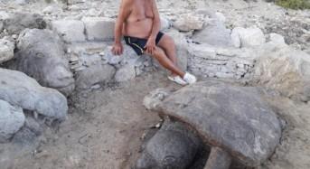 La spiaggia di Caucana custode eterna delle opere del maestro Raffaele La Raffa