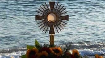 Acate. Adorazione Eucaristica in spiaggia questa sera a Marina di Acate.