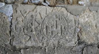 Acate.  Tutelare due antiche iscrizioni su un ex portale del Piano San Vincenzo.